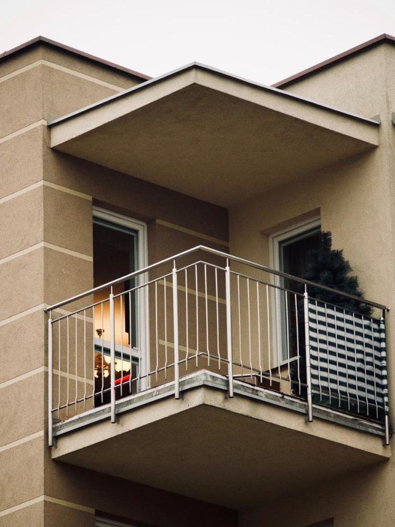 Funkcje, które mogą spełniać osłony stosowane na balkonach