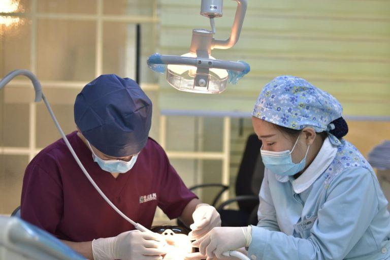 W jaki sposób działa aparat ortodontyczny, jak prostuje zęby?